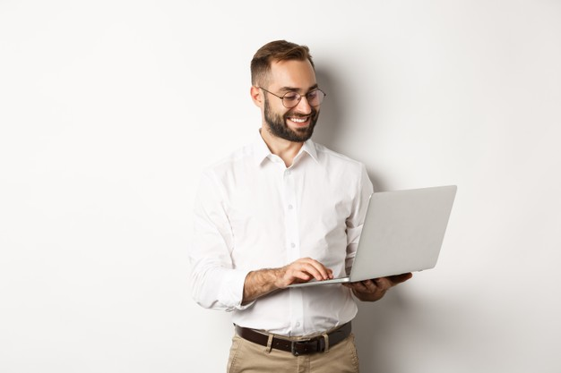 affaires-bel-homme-affaires-travaillant-ordinateur-portable-repondant-aux-messages-souriant-debout_1258-26457.jpg