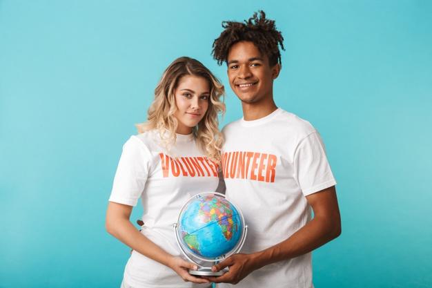 heureux-couple-multiethnique-confiant-portant-volontaires-t-shirt-isole-mur-bleu-tenant-globe_171337-56395.jpg