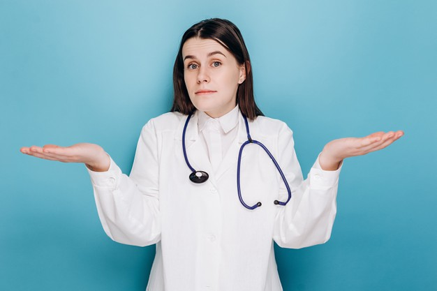femme-medecin-indecise-blouse-blanche-haussant-epaules-reponse-troublee_98588-656.jpg