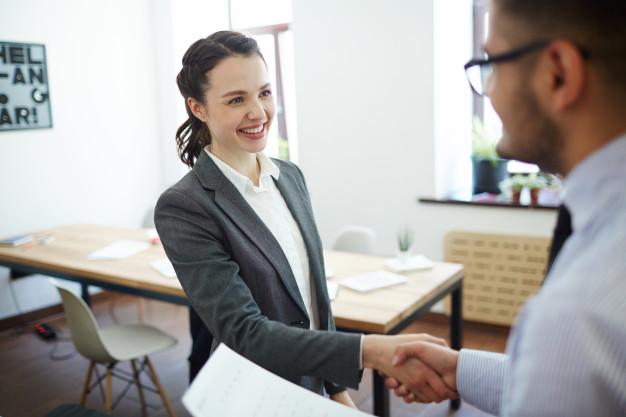 femme-affaires-employe-se-serrant-main_1098-15388.jpg