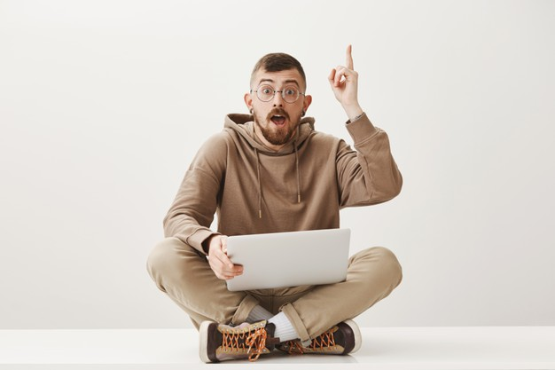 mec-intelligent-est-assis-ordinateur-portable-bonne-idee-partage-suggestion_176420-21110.jpg
