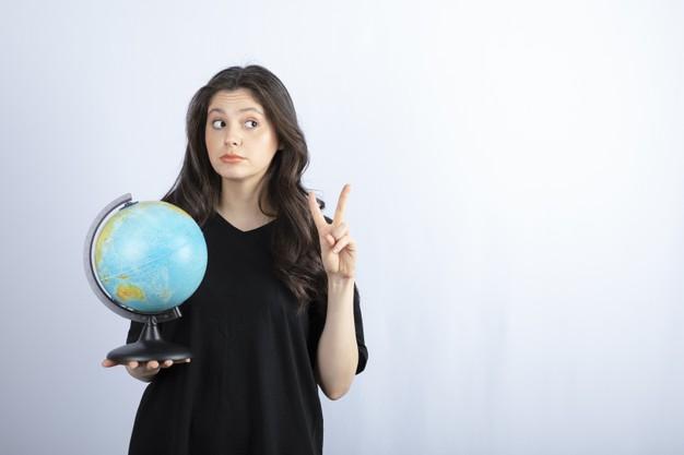 femme-brune-aux-cheveux-longs-tenant-globe-terrestre-posant_114579-36802.jpg