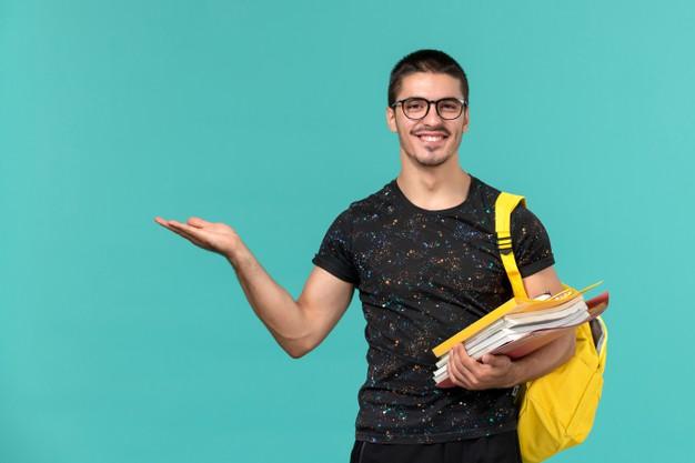 vue-face-etudiant-masculin-t-shirt-fonce-sac-dos-jaune-tenant-fichiers-livres-souriant-mur-bleu-clair_140725-46715.jpg