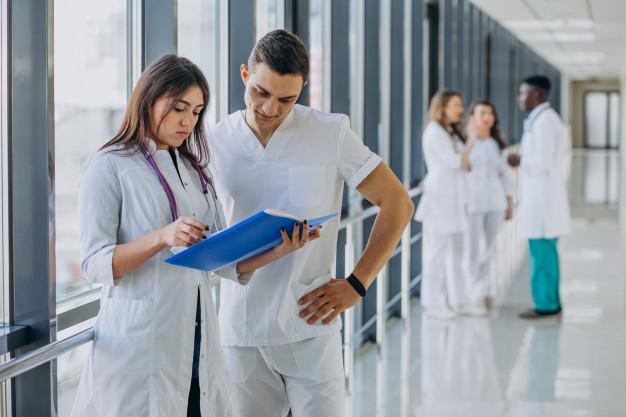 equipe-jeunes-medecins-specialistes-debout-dans-couloir-hopital_1303-21204.jpg