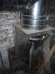 Photo partie inférieure du conduit de cheminée munied'un conduit d'évacuation des condensats.